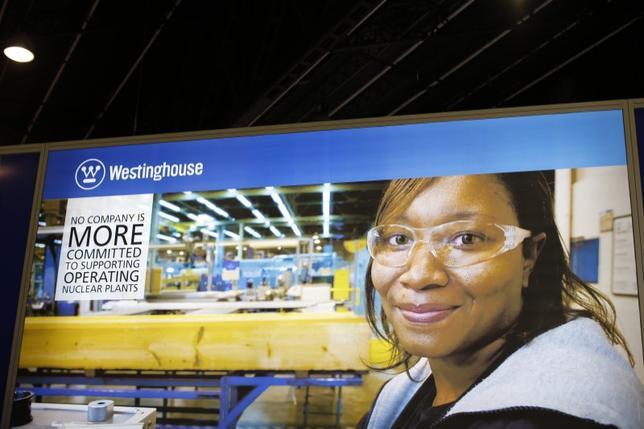 6月26日、米電力会社スキャナは、東芝傘下で破産手続き中の米原発子会社ウエスチングハウス(WH)が請け負い、サウスカロライナ州のVCサマー原発で建設中の原子炉に関するアセスメントを6週間延長すると明らかにした。写真はWHのロゴ。仏パリ近郊で2014年10月撮影(2017年 ロイター/Benoit Tessier)
