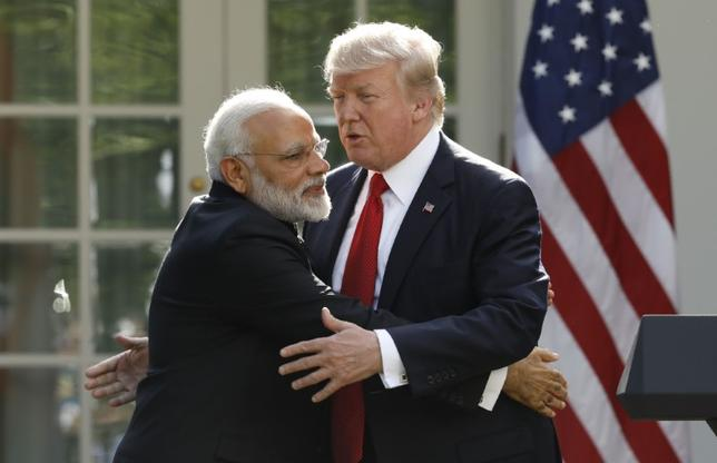 6月26日、トランプ米大統領(右)は、モディ印首相(左)との間で実施した初の首脳会談で、インドの貿易障壁の解消に向けた一層の努力を求めた。ホワイトハウスで撮影(2017年 ロイター/Kevin Lamarque)