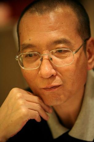 6月26日、ノーベル平和賞を受賞した中国の民主活動家、劉暁波氏(61、写真)が服役中の刑務所から仮釈放され、末期がん治療のために入院していると、弁護士が明らかにした。提供写真(2017年 ロイター)