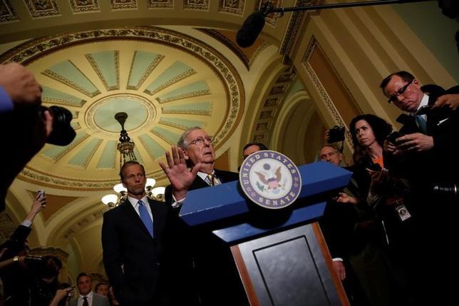6月27日、米共和上院トップのマコネル院内総務はオバマケア代替法案について、上院共和党からの支持を増やすため、採決を遅らせることを決定した。議会で延期決定を発表するマコネル院内総務(2017年 ロイター/Aaron P. Bernstein)
