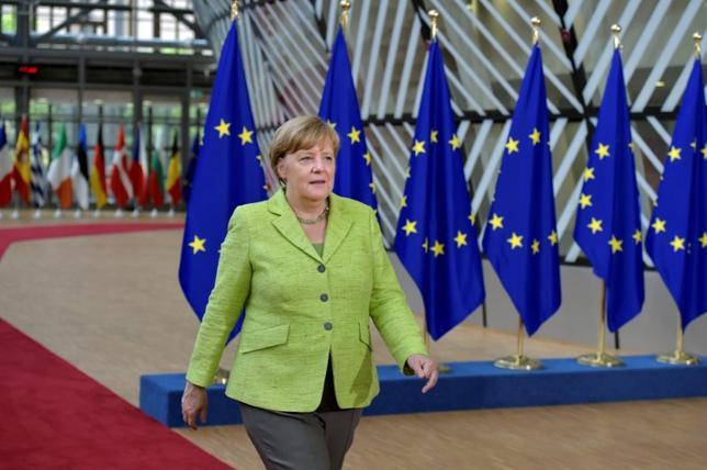 6月28日、ドイツの世論調査によると、メルケル首相率いるキリスト教民主同盟(CDU)の支持率が40%と、2015年9月以来の高水準となった。世論調査機関フォルザがシュテルン誌と放送局RTL向けに実施した。写真はEUサミットに到着したメルケル首相。ベルギーで22日撮影(2017年 ロイター/ERIC VIDAL)