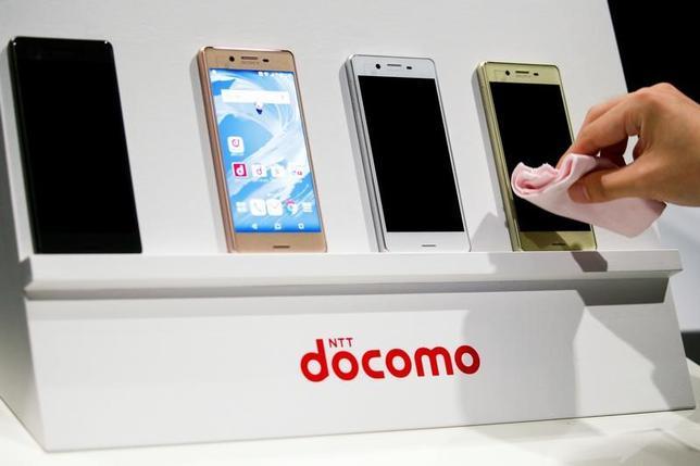 6月28日、総務省は、スマートフォンなどを販売する際に料金プランや期間拘束などの説明が不十分だったとして、NTTドコモ、KDDI(au)、ソフトバンクの携帯電話大手3社に対して、改善を求める行政指導を行った。写真は都内で昨年5月撮影(2017年 ロイター/Thomas Peter)