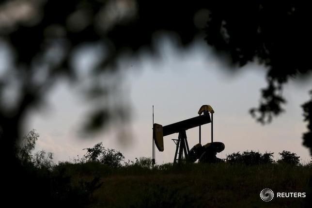 6月29日、アジア時間の取引で、原油先物は6日連続で上昇。世界的な供給過剰への懸念が広がるなか、米生産の減少が支援材料となった。写真は2015年8月、テキサス州シスコの油ポンプジャックを撮影(2017年 ロイター/Mike Stone)