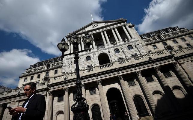 6月29日、イングランド銀行(英中央銀行)のハルデーン理事は、現在の金利水準に満足しているが、インフレを抑制するため、英中銀は利上げを「真剣に検討」する必要があるとの見解を示した。BBCに対し語った。写真はイングランド銀行、ロンドンで撮影(2017年 ロイター/Hannah McKay)