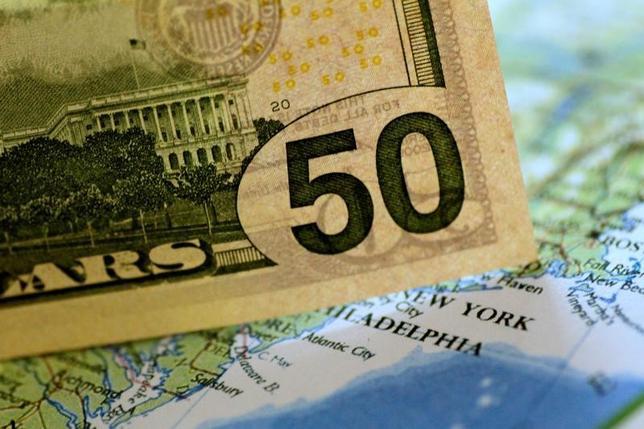 6月29日、ニューヨーク外為市場では、ドルがユーロに対して約1年2カ月ぶりの安値近辺で推移した。22日撮影(2017年 ロイター/Thomas  White)
