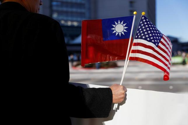 6月29日、中国の崔天凱駐米大使は、米国による台湾への武器売却や中国企業への制裁決定が米中関係を損ない、トランプ大統領と習近平国家主席が首脳会談で確認した考え方にも逆行するとの見解を示した。写真は米国と台湾の旗。カリフォルニア州で1月撮影(2017年 ロイター/Stephen Lam)