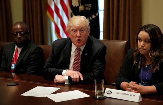 6月29日、米下院で、不法移民を取り締まる法案2本が賛成多数で可決された。写真中央はトランプ米大統領。ワシントンで28日撮影(2017年 ロイター/Yuri Gripas)
