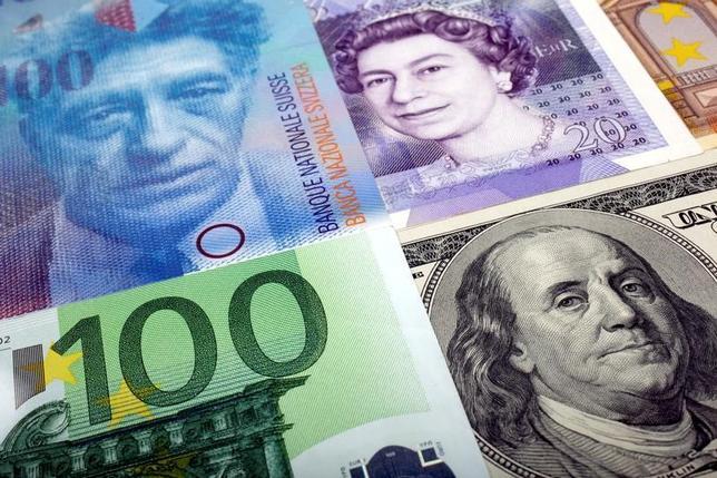 6月30日、フランス中銀は、半期に1度の報告書を発表し、金融市場と民間部門の債務リスクは拡大したと指摘し、年内はその状態が続くとの見通しを示した。写真は各国の紙幣、2011年1月撮影(2017年 ロイター/Kacper Pempel)