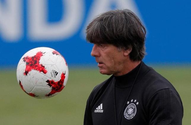 7月1日、サッカーのコンフェデレーションズカップ決勝(2日)では、ドイツがチリと対戦。ドイツのヨアキム・レーウ監督(写真)は、チームは成功に向けてハングリーだと述べた(2017年 ロイター/Maxim Shemetov)