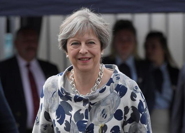 7月1日、英紙オブザーバーによると、新たな世論調査でメイ首相(写真)の支持率急落が明らかになる中、首相は経済緊縮策の転換を迫る閣内からの圧力にさらされている。写真は6月撮影(2017年 ロイター/Toby Melville)