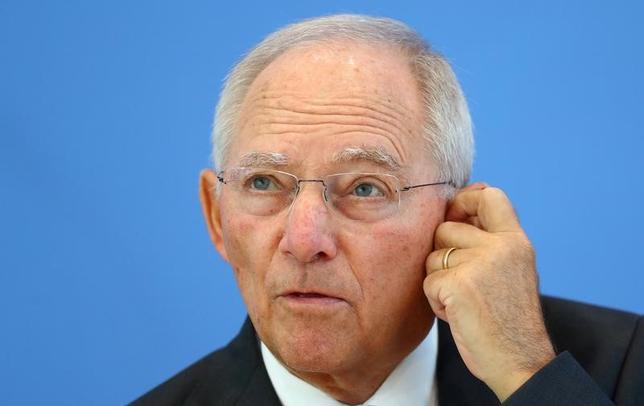 7月1日、ドイツのショイブレ財務相(写真)は、与党が9月24日の総選挙後に実施すると公約している年間150億ユーロの所得税減税について、減税幅を拡大する余地があるとの見方を示した。写真はベルリンで6月撮影(2017年 ロイター/Hannibal Hanschke)