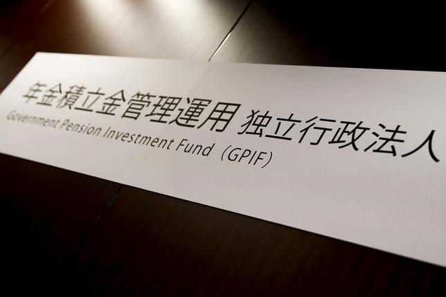7月3日、年金積立金管理運用独立行政法人(GPIF)は、国内株式のパッシブ運用で、環境や社会、企業統治などの非財務的要素を考慮した「ESG投資」を開始したと発表した。写真はGPIFの看板、2016年4月都内で撮影(2017年 ロイター/Thomas Peter)