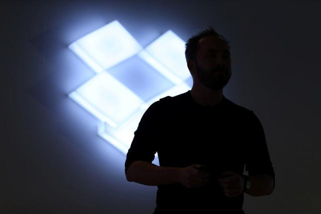 6月30日、事情に詳しい関係者によると、クラウドストレージサービスの米ドロップボックスが、新規株式公開(IPO)を年内にも実施する可能性があり、引き受け金融機関の選定作業に乗り出している。写真は同社のロゴ。カリフォルニア州で1月撮影(2017年 ロイター/Beck Diefenbach)