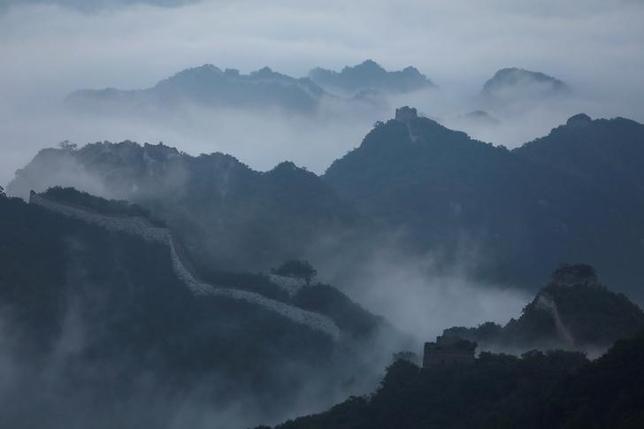 6月19日、北京中心部から北に約70キロ離れた所に位置する万里の長城の「箭扣長城」と呼ばれる約20キロの区域は、その険しさで知られ、過去10年以上に及ぶ修復作業において、ラバはなくてはならない存在となっている。北京市懐柔区で7日撮影(2017年 ロイター/Damir Sagolj)