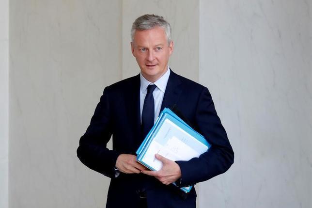 7月3日、ルメール仏財務相(写真)は、英国の欧州連合(EU)離脱に伴う金融機関の移転先としてフランスを売り込むため、国内銀行に対する給与税の軽減措置を来週公表する考えを示した。写真はパリで6月撮影(2017年 ロイター/Charles Platiau)