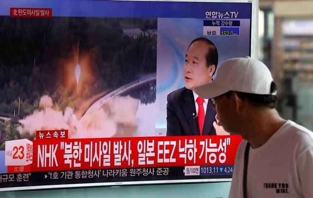 7月3日、米太平洋軍は、北朝鮮が発射したミサイル1発は地上発射型の中距離弾道ミサイルで、37分間飛行して日本海に着水したと発表した。写真は韓国ソウルのテレビニュース、4日撮影(2017年 ロイター/Kim Hong-Ji)