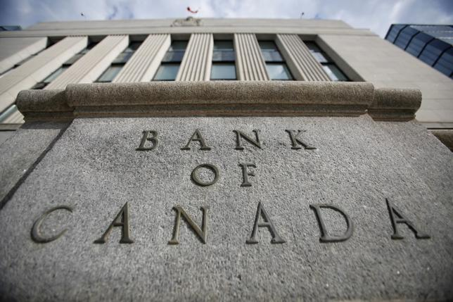 7月4日、カナダ銀行(中央銀行)のポロズ総裁は、国内のインフレ率について、2018年前半までにはしっかりと上昇軌道に乗っているとの見通しを示すとともに、政策正常化は物価上昇率が目標に達成する前に開始しなければならないとの考えを明らかにした。写真はカナダ銀行ビル。オタワで5月撮影(2017年 ロイター/Chris Wattie)