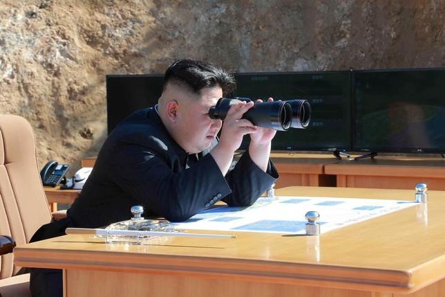 7月4日、北朝鮮が大陸間弾道ミサイル(ICBM)の発射に成功したと発表したことについて、米当局者らがICBMの発射実験だったとの見方を示した。フォックス・ニュースやNBCが報じた。写真はミサイルの発射実験に立ち会ったとされる金正恩委員長。朝鮮中央通信提供(2017年 ロイター/KCNA/via REUTERS)