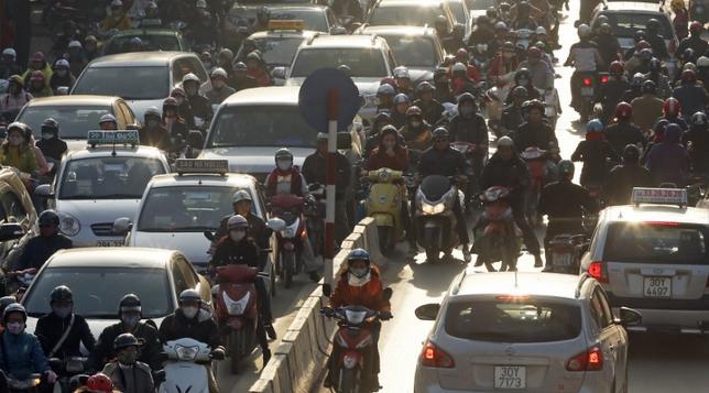 7月4日、ベトナムの首都ハノイ市はウェブサイトで、市内の渋滞・公害対策として、2030年までにバイクの市内への乗り入れを全面禁止する計画が可決されたと明らかにした。具体的には、一部地区への乗り入れを徐々に禁止していくという。写真は2014年12月ハノイで撮影(2017年 ロイター/Kham)