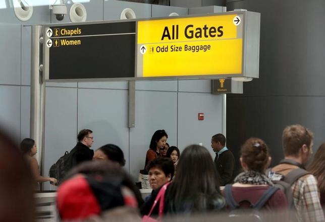 7月5日、米有権者の10人に6人が、米国に近い親族がいることを証明できなければ一部イスラム圏からの入国を禁止する制限措置の復活を支持していることが世論調査で分かった。写真は5月、ニューヨーク市のジョン・F・ケネディ国際空港で撮影(2017年 ロイター/Joe Penney)