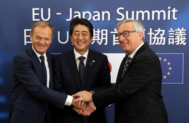 7月6日、安倍晋三首相(写真中央)は、ブリュッセルで欧州連合(EU)のトゥスク大統領(左)、ユンケル欧州委員長(右)と共同記者会見を開き、経済連携協定(EPA)交渉が大枠合意に至ったことを正式に表明した(2017年 ロイター/Francois Walschaerts)