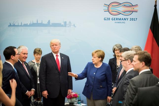 7月7日、ドイツのハンブルクで7─8日に開催されるG20首脳会議では、テロリズム、世界経済、気候問題が議題となる。特に気候変動と貿易を巡っては、各国首脳はトランプ米大統領(中央左)との隔たりを埋めることを目指す。同市で6日撮影。提供写真(2017年 ロイター/Steffen Kugler/Courtesy of Bundesregierung/Handout via REUTERS)
