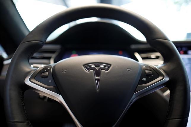 7月6日、調査会社IHSマークイットによると、米電気自動車(EV)大手テスラの4月の登録台数が主要市場である米カリフォルニア州で前年同月比24%減少した。写真はモデルSの運転席。ソウルで撮影(2017年 ロイター/Kim Hong-Ji)