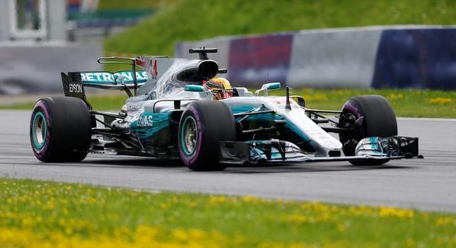 7月8日、自動車レースF1、メルセデスのルイス・ハミルトン(写真)は、今季第9戦のオーストリア・グランプリでは2位を狙うと述べた(2017年 ロイター/Dominic Ebenbichler)