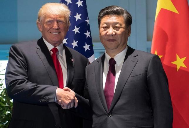 7月8日、トランプ米大統領(写真左)は、中国の習近平国家主席(写真右)と会談し、北朝鮮の核開発問題と米中間の貿易不均衡という2つの差し迫った課題を巡り、協力を続けることで合意した(2017年 ロイター/Saul Loeb)