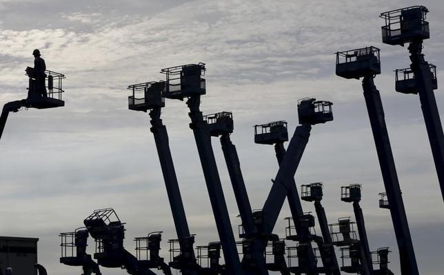 7月10日、内閣府がに発表した5月機械受注統計によると、設備投資の先行指標である船舶・電力を除いた民需の受注額(季節調整値)は、前月比3.6%減の8055億円となった。川崎市の京浜工業地帯で2012年6月撮影(2017年 ロイター/Toru Hanai/Files)