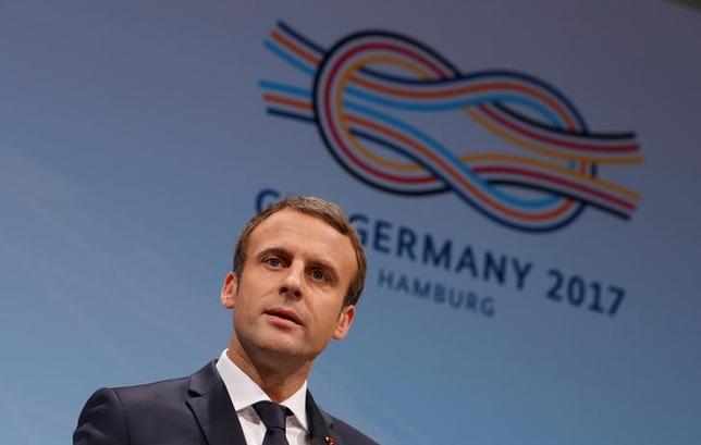 7月8日、フランスのマクロン大統領は、トランプ米大統領に対し、地球温暖化対策の国際枠組み「パリ協定」から脱退するとの考えを見直すよう継続的に呼び掛けるとの見解を示した。写真は独ハンブルグで記者会見するマクロン氏(2017年 ロイター/Philippe Wojazer)