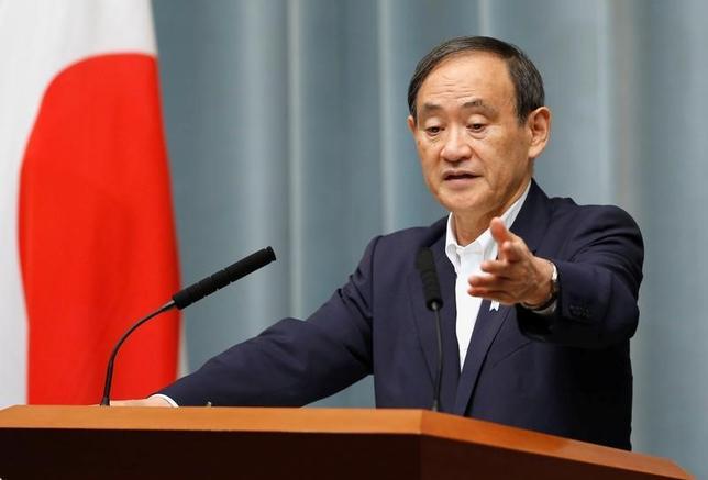 7月10日、菅義偉官房長官は、内閣支持率の下落傾向が続いていることについて、「一喜一憂すべきでないが、国民の声として真摯(しんし)に受け止めたい」と述べた。写真は5月撮影(2017年 ロイター/Toru Hanai)