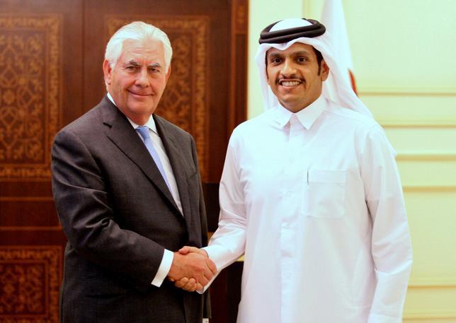 7月11日、米国とカタールは、テロリズムへの資金提供を巡る対策を講じる覚書に署名した。ドーハでの記者会見後、握手するティラーソン米国務長官(左)とカタールのムハンマド外相(2017年 ロイター/Naseem Zeitoon)