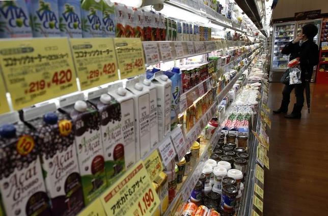 7月11日、日銀が発表した6月の企業物価指数(速報)によると、国内企業物価指数(2015年=100.0)は前年比で2.1%上昇となり、3カ月連続で同じ伸び率となった。都内のスーパーマーケットで2015年2月撮影(2017年 ロイター/Yuya Shino)