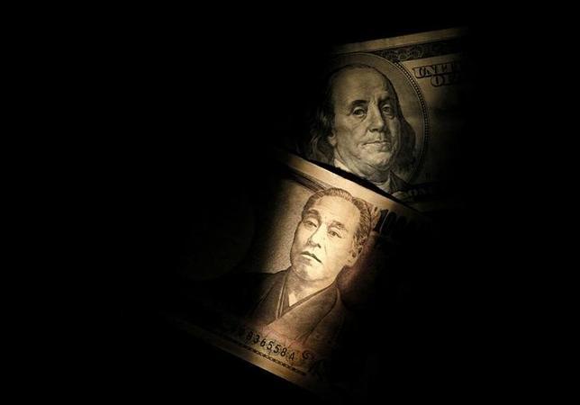 7月12日、正午のドル/円は、前日ニューヨーク市場午後5時時点と比べ、ドル安/円高の113.45/47円だった。写真はドルと円の紙幣、2013年2月撮影(2017年 ロイター/Shohei Miyano)