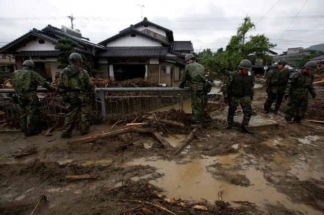 7月12日、菅義偉官房長官は午後の会見で、九州豪雨について激甚災害指定を一刻も早く行いたいと語った。写真は自衛隊員による救助活動の模様。福岡県朝倉市で9日撮影(2017年 ロイター/Issei Kato)