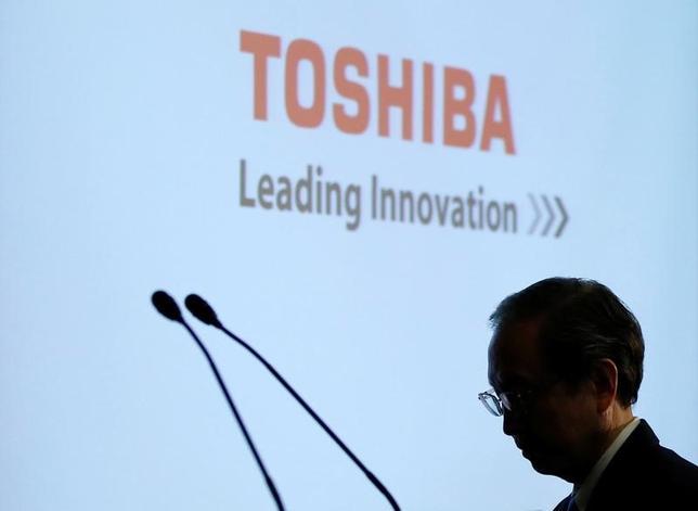 7月12日、半導体子会社売却の見通しが立たなくなっている東芝の信用が、徐々に劣化しつつある。写真は4月、記者会見に出席した綱川社長(2017年 ロイター/Toru Hanai)