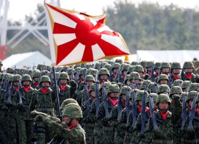7月12日、自民党憲法改正推進本部・本部長代行の船田元衆院議員は、安倍首相が掲げる2020年中の憲法改正実施に向けた日程に関して、状況はより厳しくなってきたとの認識を示した。自衛隊朝霞駐屯地で2016年10月撮影(2017年 ロイター/Kim Kyung-Hoon)