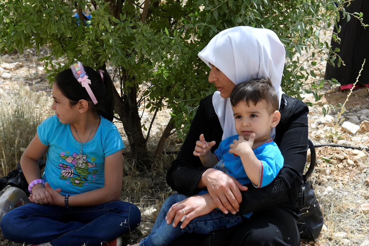 Refugees return to Syria from Lebanon in Hezbollah-mediated deal