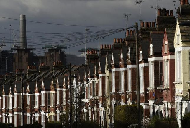 7月13日、英王立公認不動産鑑定士協会(RICS)が公表した調査によると、6月のRICS住宅価格指数(「上昇」との回答から「下落」との回答を引いた数値)はプラス7で、5月のプラス17から低下した。写真はロンドンの住宅街。昨年3月撮影(2017年 ロイター/Toby Melville)
