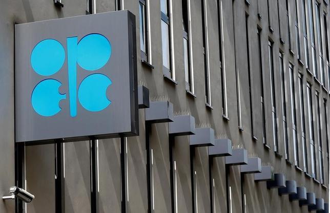 7月13日、アジア市場の原油相場は下落。来年に原油需要が減少するとの石油輸出国機構(OPEC)の見通しを受け、供給を巡る懸念が広がっている。写真はOPECのロゴ。ウィーンで5月撮影(2017年 ロイター/Leonhard Foeger)