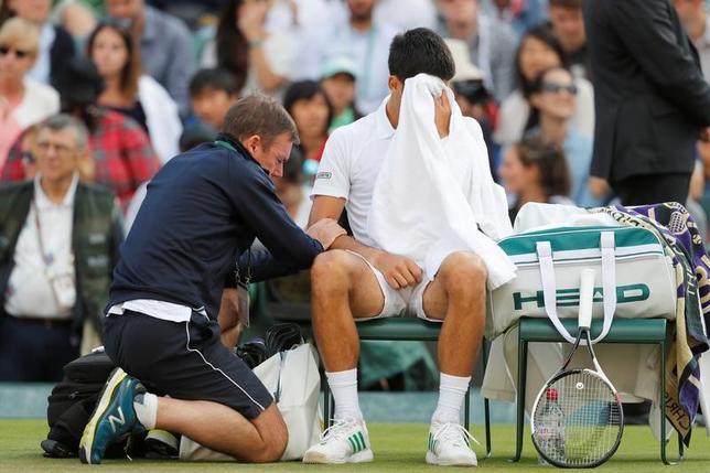 7月12日、男子テニスの世界ランク4位、ノバク・ジョコビッチ(右)は、古傷のひじの故障で休養を検討していることを明らかにした(2017年 ロイター/Matthew Childs)