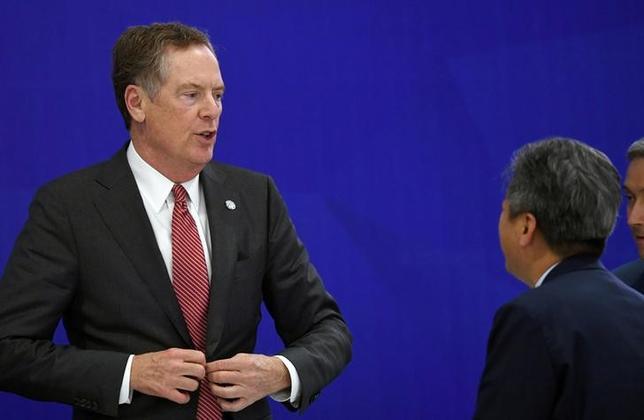 7月12日、米国は、発効から5年を迎える韓国との自由貿易協定(FTA)について、韓国に交渉を開始する方針を伝え、来月に会合を開くことを要請した。米通商代表部(USTR)のライトハイザー代表(左)は、米韓自由貿易協定(KORUS)に基づく合同委員会による協議をワシントンで来月行うと述べた。写真はハノイで5月撮影(2017年 ロイター)