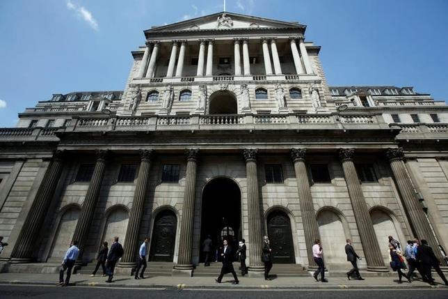 7月13日、イングランド銀行(英中央銀行)が公表した四半期毎の「信用状況調査」で、国内銀行が今後家計向け融資の縮小を考えていることが明らかになった。写真はイングランド銀本店。2014年5月撮影(2017年 ロイター/Luke MacGregor)