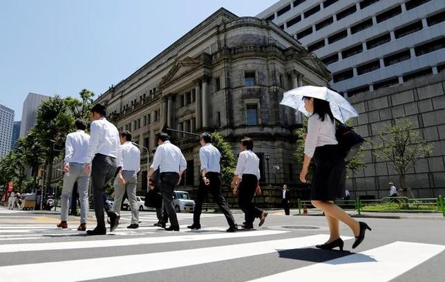 7月13日、日銀(写真)は19、20日に開く金融政策決定会合で、2017年度と18年度の物価見通しと実質成長見通しを修正する。6月撮影(2017年 ロイター/Toru Hanai)