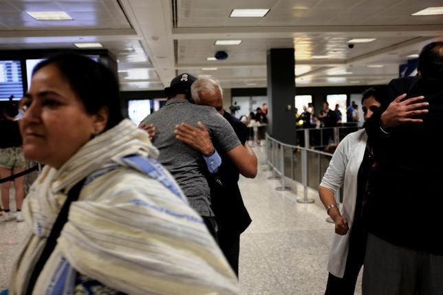 7月13日、イスラム圏6カ国からの入国を制限する米大統領令について、米ハワイ州連邦地裁のデリック・ワトソン判事は、米国に住む個人の祖父母やその他親族は適用対象外とすべきとしたハワイ州の主張を認める判断を示した。写真はワシントン・ダレス国際空港で6月撮影(2017年 ロイター/JAMES LAWLER DUGGAN)