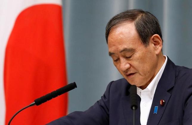 7月14日、菅義偉官房長官は午後の会見で、一部の世論調査で内閣支持率が30%を割ったことについて、「一喜一憂することはないと考えるが、真摯(しんし)に受け止めていきたい」としたうえで「内外の諸課題の解決に向け、努力していきたい」と語った。写真は首相官邸で5月撮影(2017年 ロイター/Toru Hanai)