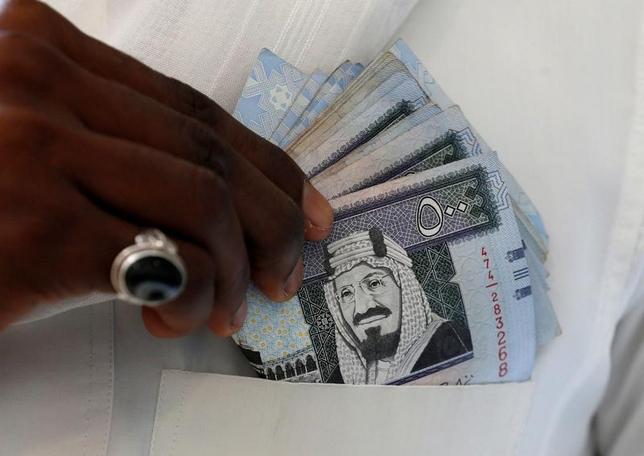 7月13日、金融危機が発生する以前、石油輸出国の「オイルマネー」は、米債券市場とドルにとって最も強力な原動力の1つとなった。だが現在、かつてほどオイルマネーは流入せず、今後は枯渇してしまう可能性すらある。写真は、サウジアラビアの通貨リヤル紙幣。同国首都リヤドで昨年1月撮影(2017年 ロイター/Faisal Al Nasser)
