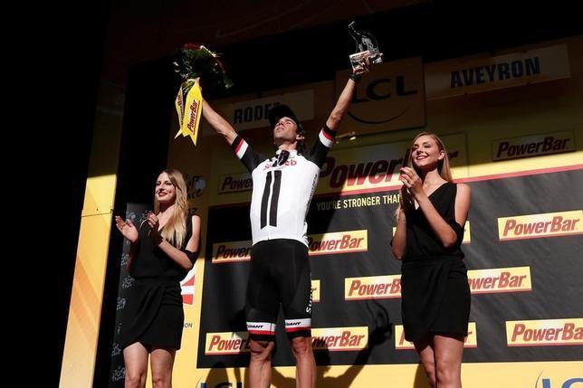7月15日、自転車ロードレースのツール・ド・フランス、第14ステージでマイケル・マシューズ(中央)が区間優勝を果たした(2017年 ロイター/Benoit Tessier)