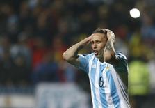 لاعب الوسط الأرجنتيني المخضرم لوكاس بيليا في صورة من أرشيف رويترز